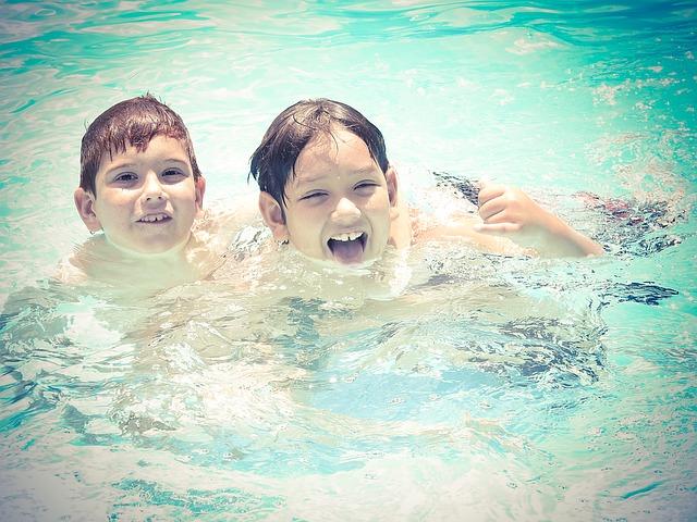 kluci v bazénu