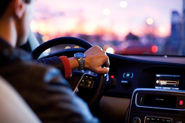 muž v autě