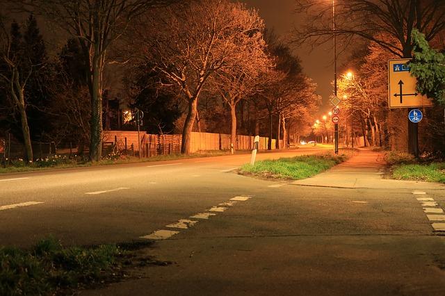 silnice osvětlená pouličními lampami