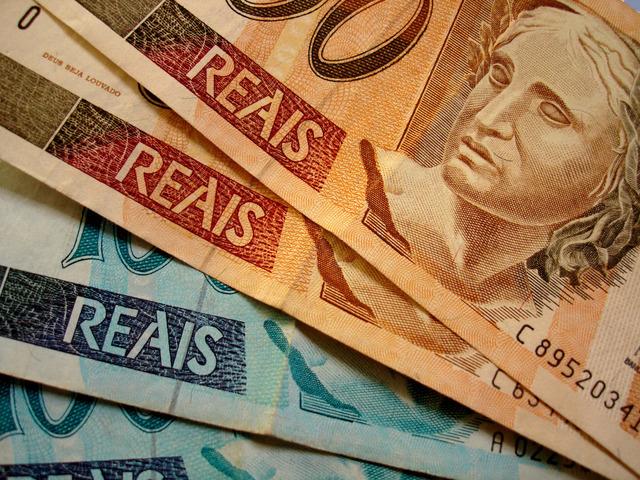 bankovky složené přes sebe na stole