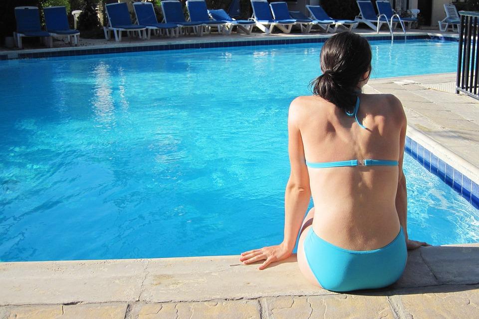 paní u bazénu