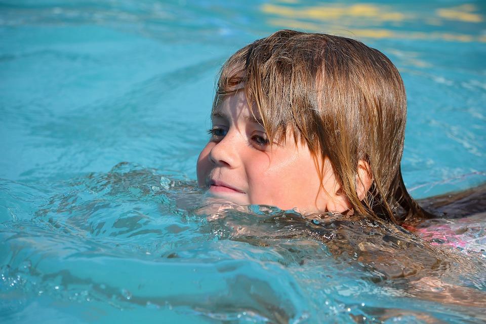 plavající holka