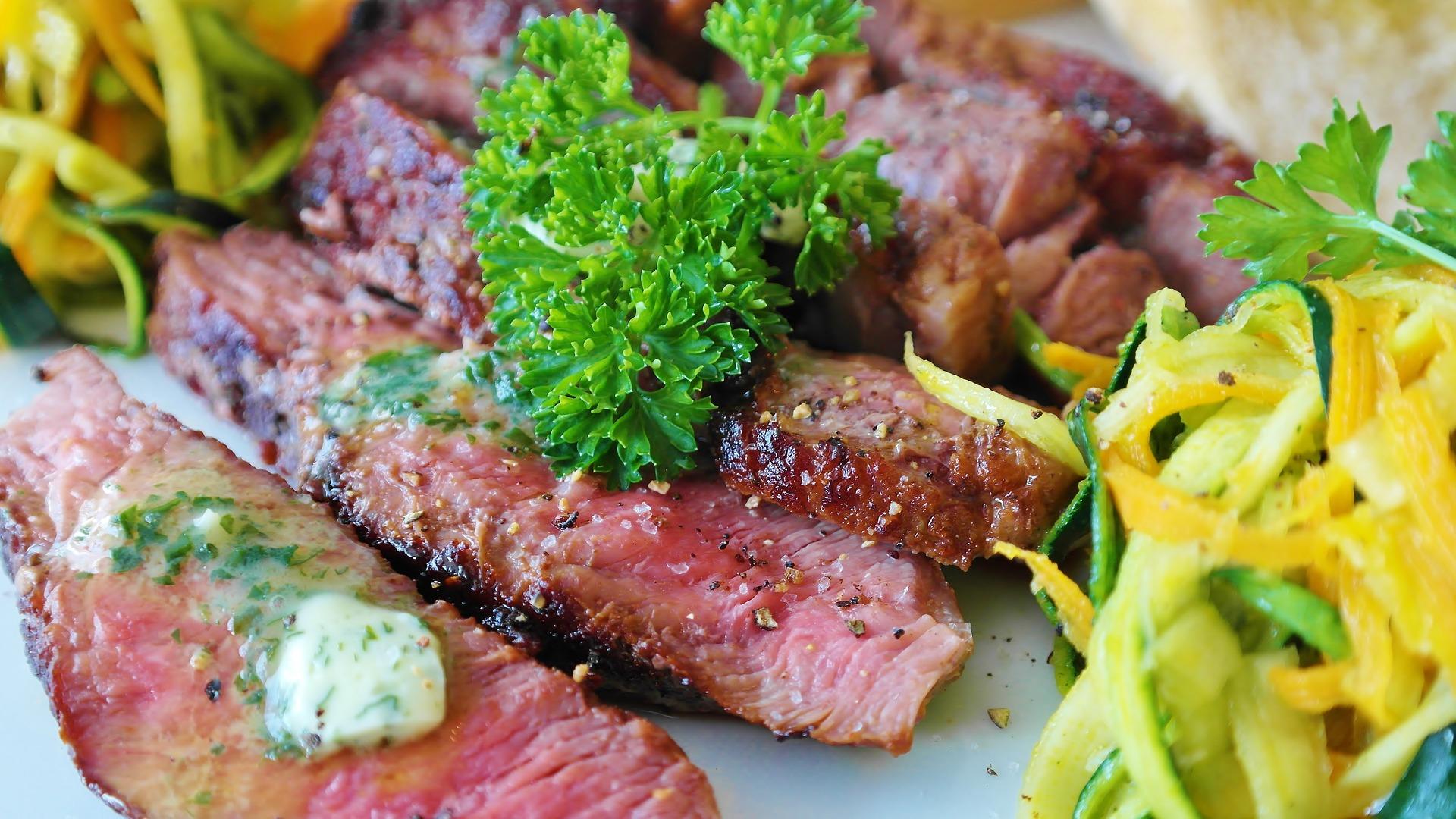 steak na talíři